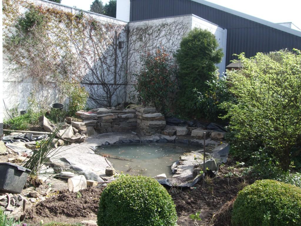 die Innenmodellierung und Bepflanzung ist fertig , Wasser kann eingelassen werden.