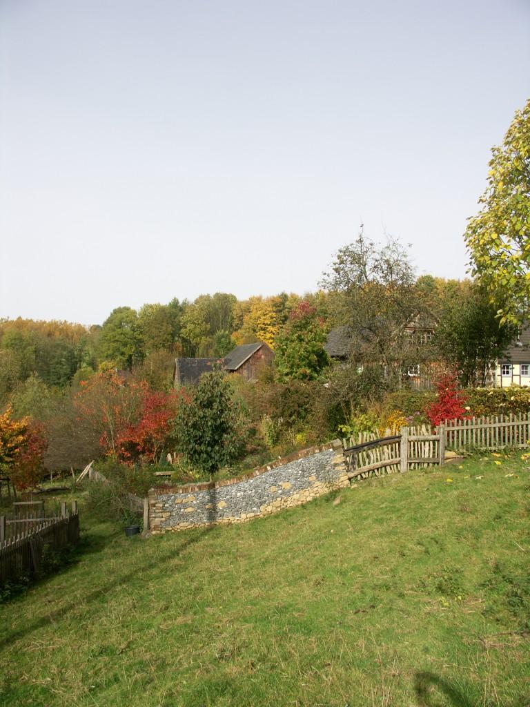 Auf diesem Herbstbild sieht man die Mauer von hinten , schön zu erkennen , wie sich der Mauerverlauf an das Gelände anpasst.