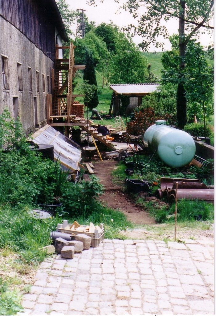 Auf diesem Bild von 2000 sieht man die Folientunnel und den Gastank . Im Hintergrund fehlt noch unser Ziegelsteinbogen.